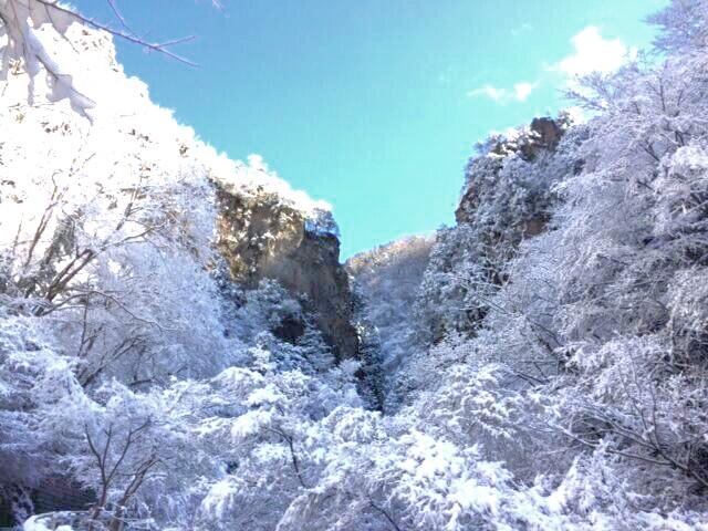 雪化粧の神戸岩