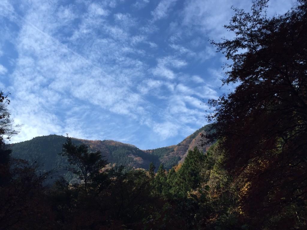 青空と山並みの紅葉